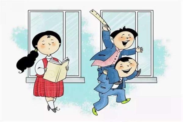 В школе дети скачут друг на друге около учительницы