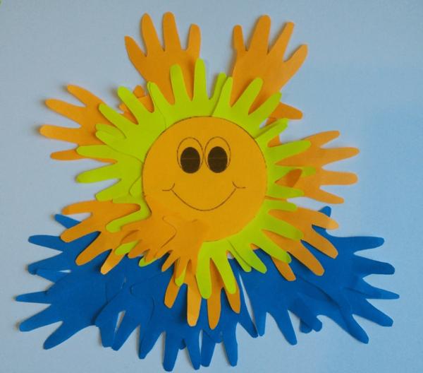 Аппликация солнца из цветных ладошек