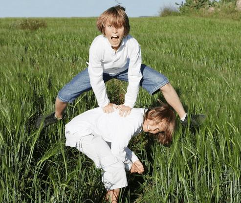 Двое детей играют в чехарду