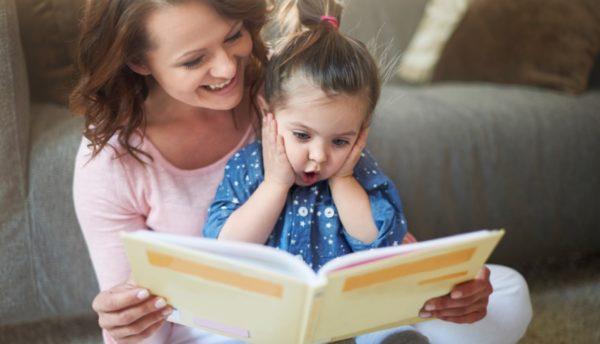Мама читает дочке книгу