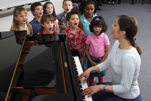 Дети и педагог распеваются под аккомпанемент фортепиано