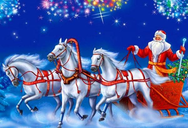 Дед Мороз едет в санях, запряжённых тройкой лошадей