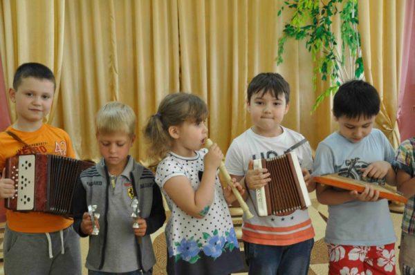 Дети с музыкальными инструментами в руках