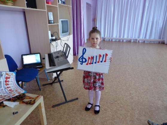 Воспитанница подготовительной группы с выполненным музыкальным заданием