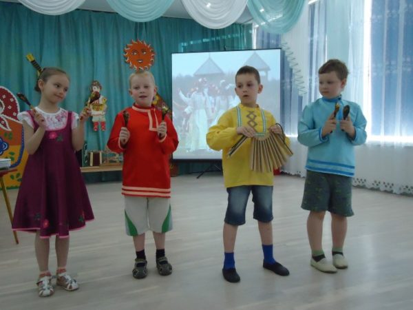 Дети на занятии «Русская народная музыка»