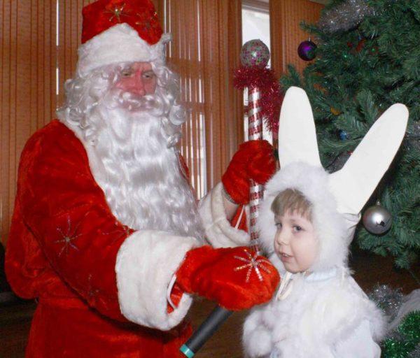 Мальчик в костюме зайчика рассказывает стихотворение Деду Морозу