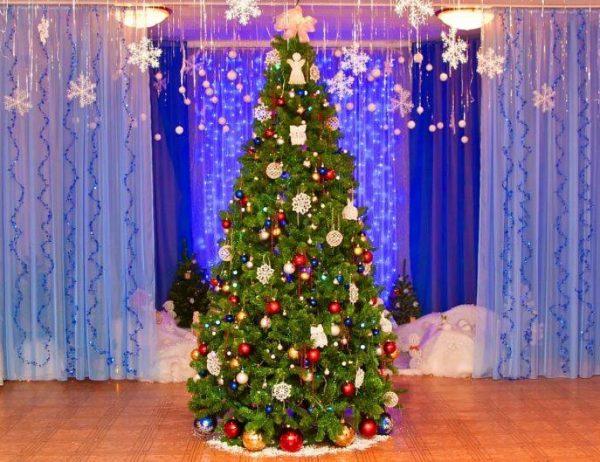 Украшенная новогодняя ёлка в актовом зале детского сада