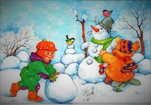 Дети слепили снеговика, мальчик скатал ещё один снежный ком