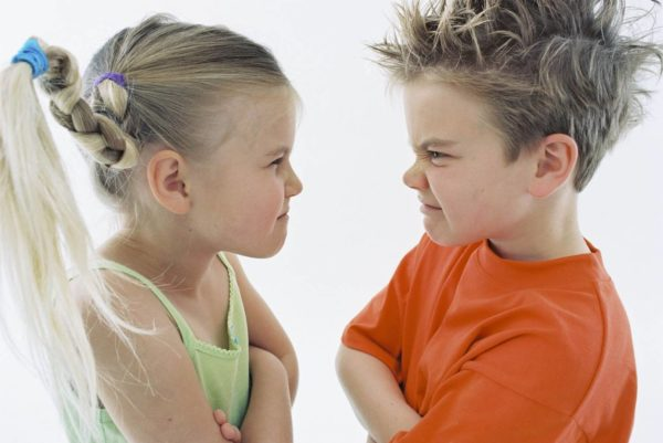 Мальчик и девочка спорят