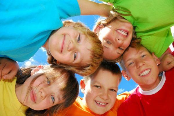 Пятеро детей улыбаются