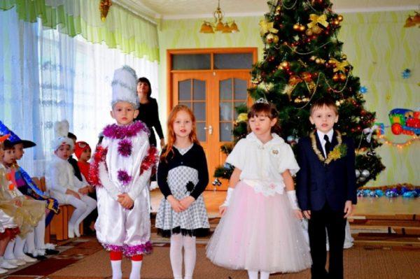 Старшие дошкольники рассказывают стихи на новогоднем утреннике