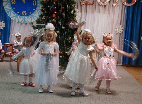 Девочки в костюмах снежинок на утреннике