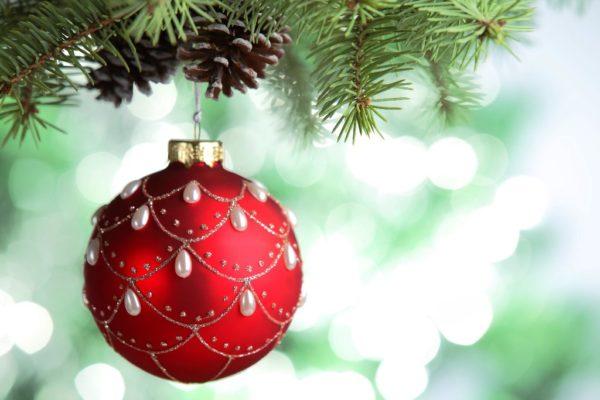 Красный новогодний шар висит на ёлке