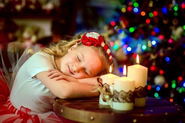 Девочка уснула ночью возле ёлки