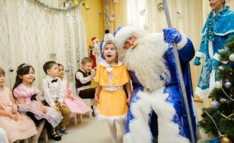 малыш рассказывает стишок Деду Морозу на утреннике