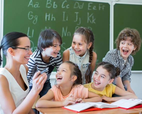 Дети и педагог на уроке английского языка