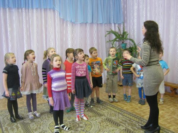 Дети поют на занятии