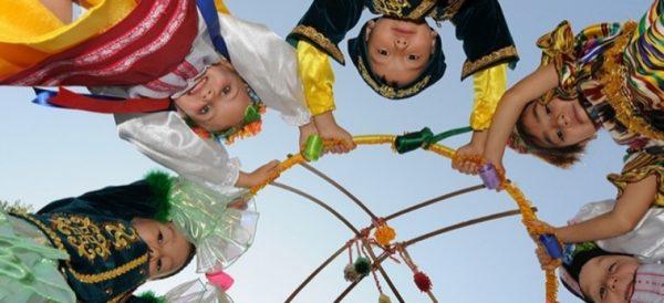 Дети в национальных костюмах держат обруч