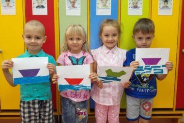 Создавая из бумаги образ лодочки, дошкольники отрабатывают навык работы с ножницами и композиционные умения