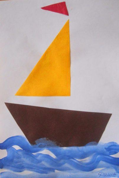 Парусник сделан из бумаги, а волны нарисованы красками