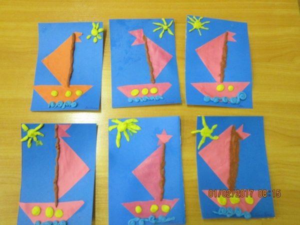 Бумажный кораблик дополняют пластилиновые детали — мачта, иллюминаторы, волны, солнышко