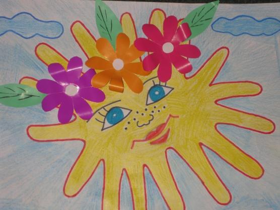 Солнце из ладошек и аппликация цветочки