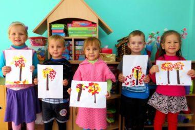 Дети держат аппликации Осенние деревья