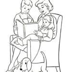 Мама с детьми читает в кресле