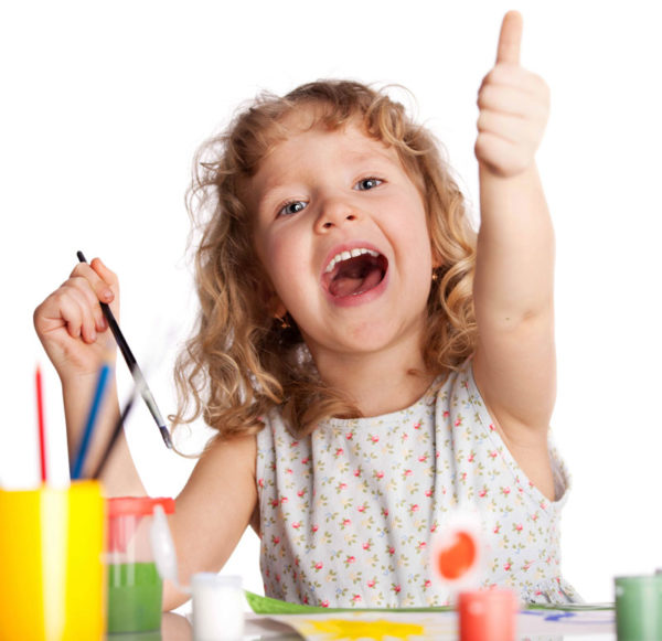 Девочка рисует с радостью