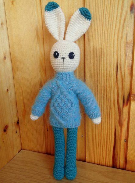 Игрушечный заяц в свитере