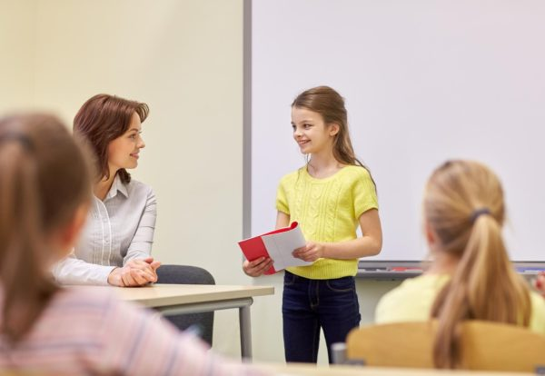 Школьница выступает перед классом