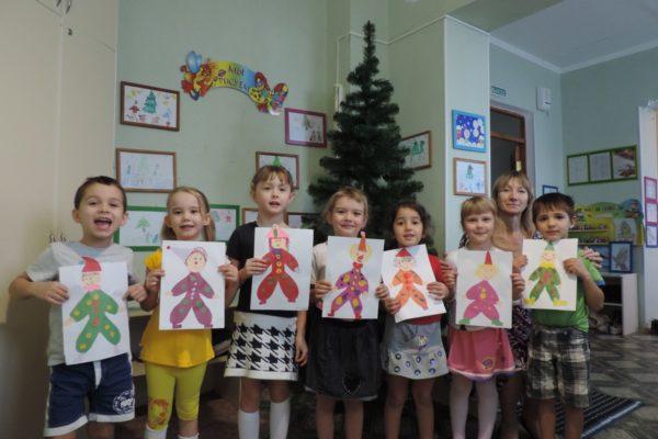 Дети держат аппликации на тему Петрушка