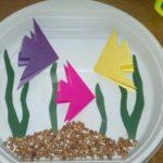 Рыбки на пластиковой тарелке