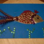 Рыбка в мозаичной технике с хвостом из гирлянд