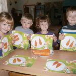 Дети держат аппликацию «Морковка»