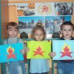 Дети держат аппликации ко Дню Победы