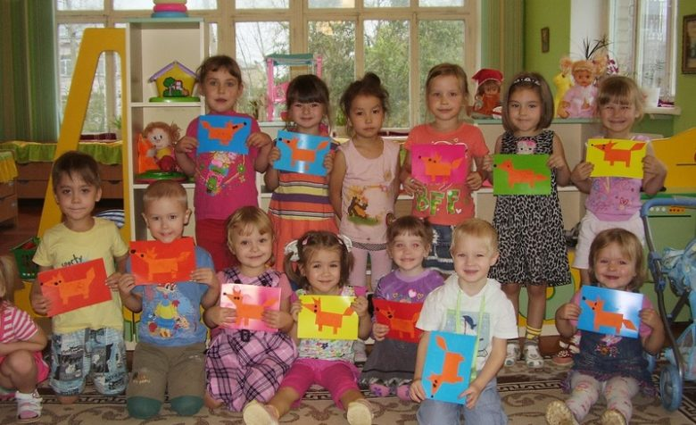 Дети держат аппликации Лисичка