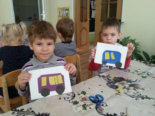 Два мальчика показывают аппликацию Автобус