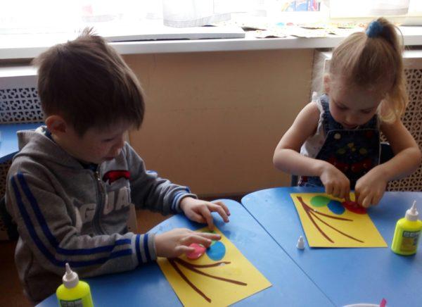 Мальчик и девочка делают аппликацию