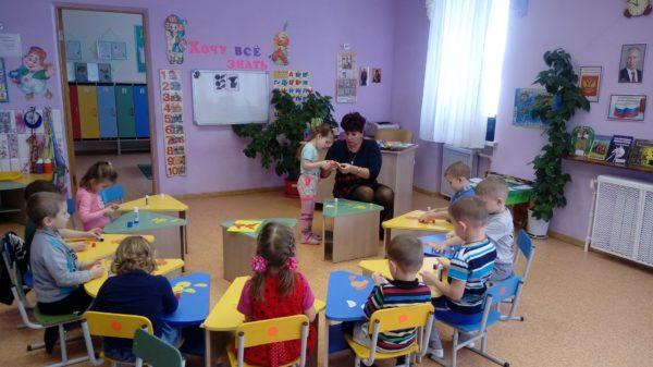 Воспитатель помогает ребёнку