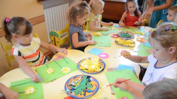 Дети делают аппликацию Цветы