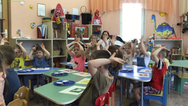 Дети за столами делают пальчиковую гимнастику