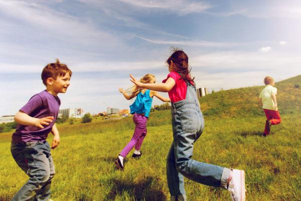 Дети 6–8 лет играют в салки