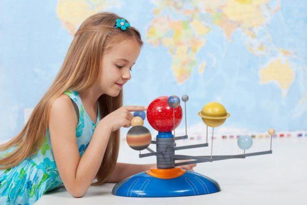Девочка и макет Солнечной системы