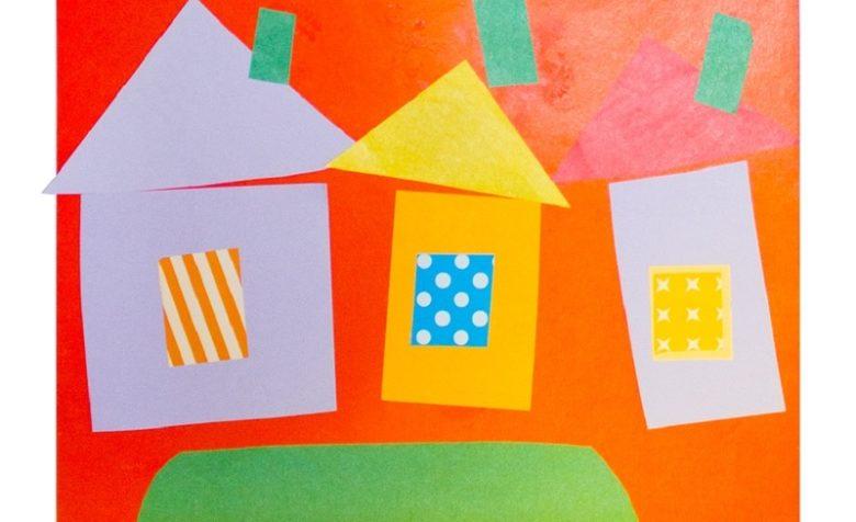 Сооружая домик из бумаги, малыши воображают себя строителями.