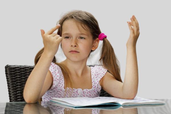 Девочка считает на пальцах