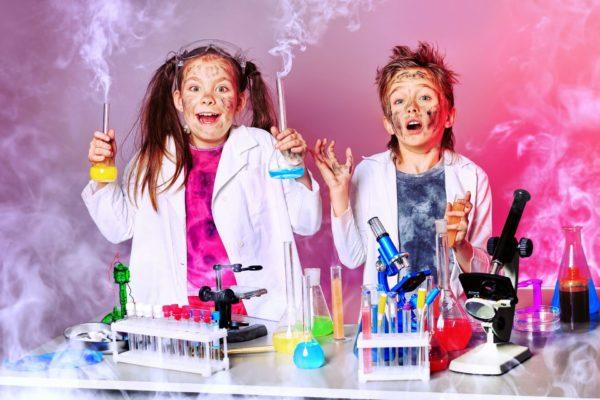 Мальчик и девочка проводят химические опыты