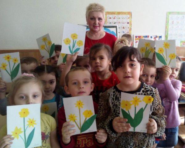 Дети держат аппликацию Нарциссы