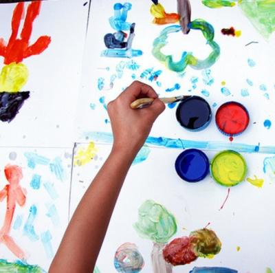 Ребёнок рисует гуашью