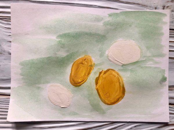Яички простые и золотые на зелёном фоне